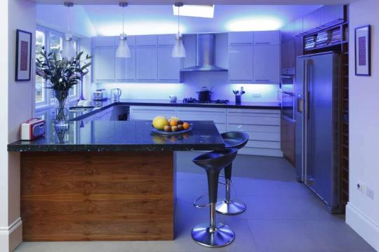 Удобное расположение светодиодного освещения на кухне
