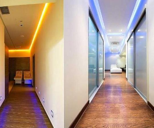 Удобное расположение светодиодного освещения в прихожей