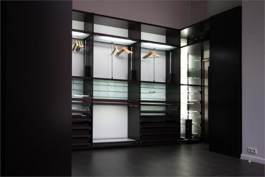 Удобное расположение светодиодного освещения в гардеробной